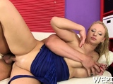 Lustful floozy is pissing and is drilling slit in a sex game