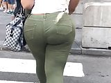 TIGHT JEANS ON BIG BOOTY